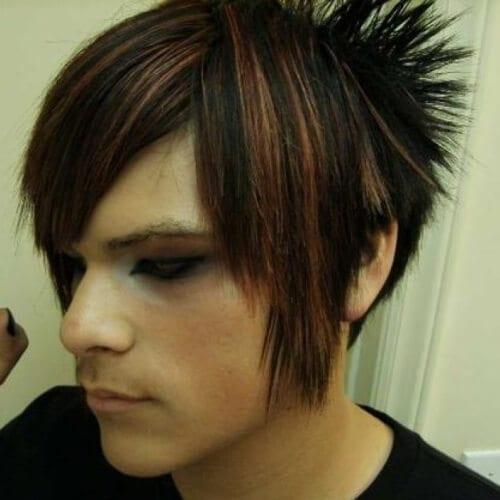 coiffures Emo avec des points forts naturels pour les hommes