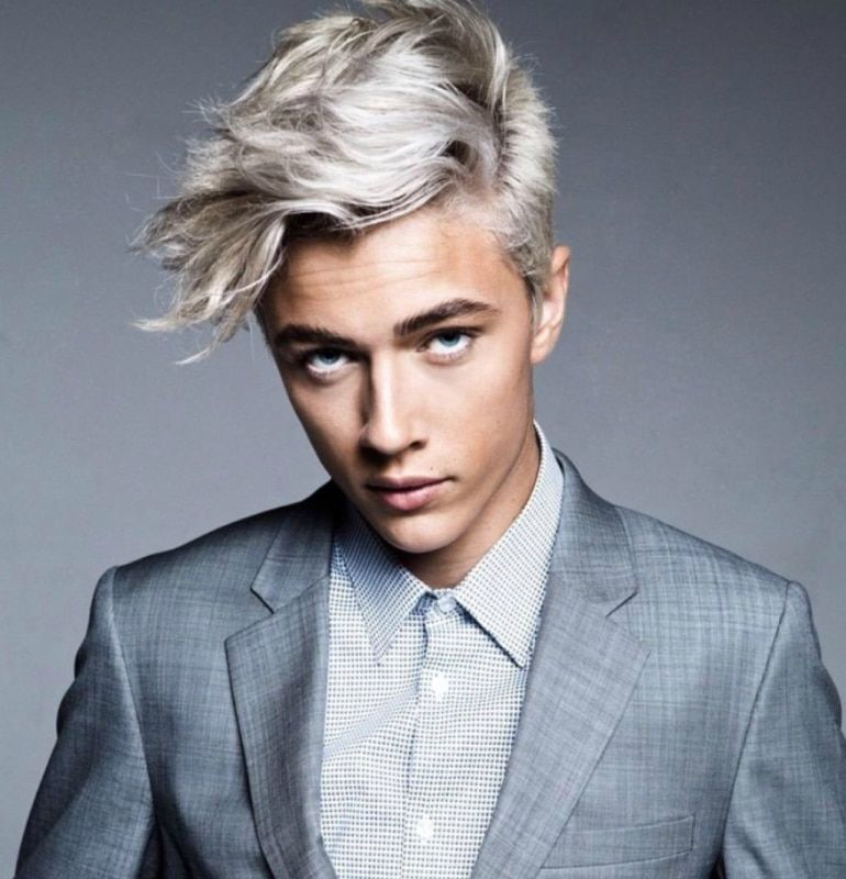 homme avec teinture blonde
